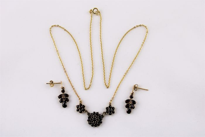 585/ 333 Gold - Earrings, Necklace with pendant Garnet