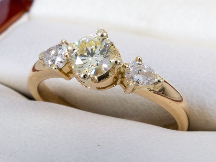 14 kt. Gold - 0.89 Ct - diamond trio ring with 0.48 carat VVS2 center.