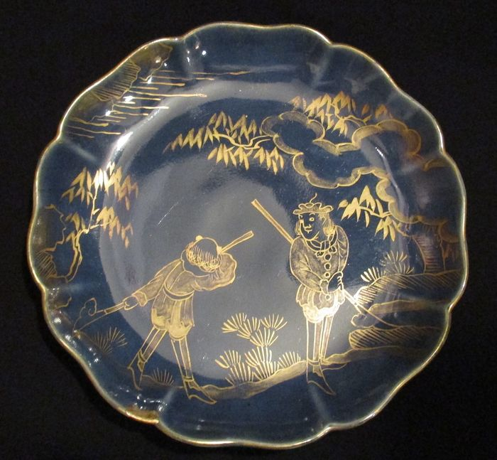 Plate - Porcelain - Antique Arita plate - Decorated with Dutchmen and with kintsugi repair - Japan - Meiji period (1868-1912)