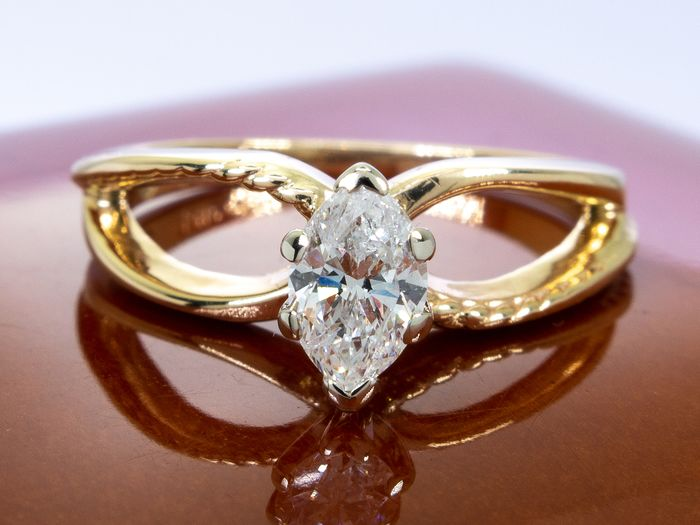 14 kt. Gold - Diamond ring with 0.44ct. solitair center.