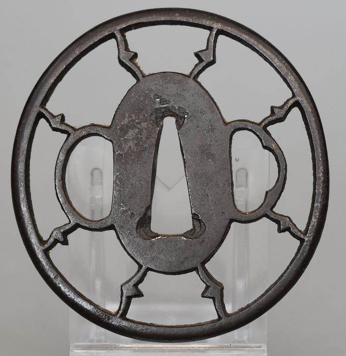 Tsuba Nagamaru gata - Openwork decoration in Yo-Sukashi - Steel - Japan - Edo Period (1600-1868)