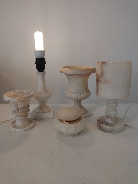Lidded box, 2 lamps and 2 vases - alabaster