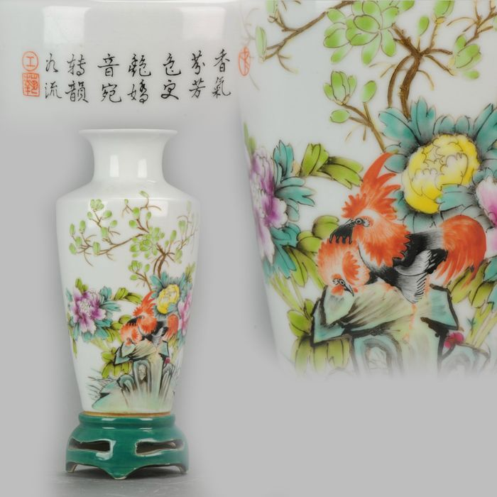 Vaas - Fencai - Porselein - Artist marked Minguo Chinese Porcelain Vase with Roosters - China - 20e eeuw