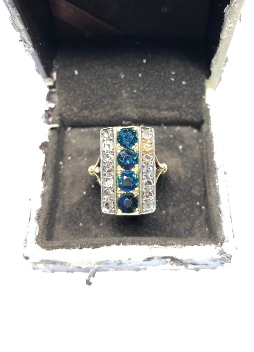 Gold - Ring with sapphire and diamonds
