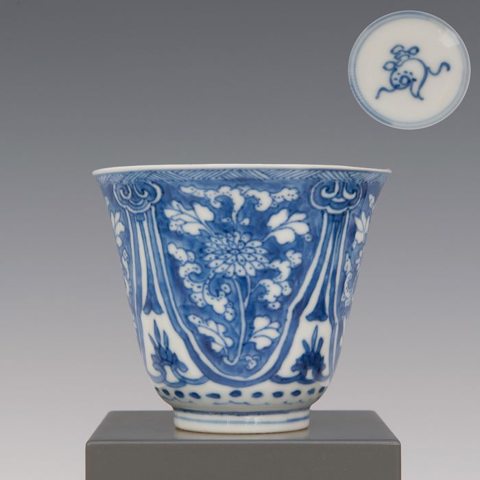 Wine cup (1) - Blue and white - Porcelain - decor of cut flowers in panels - gemerkt: schelp in dubbele ring - China - Kangxi (1662-1722)