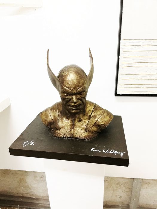 Emma Wildfang - WOLVERINE bronzed - The sculpture on a bronzed wooden plate has a weight of 1500g