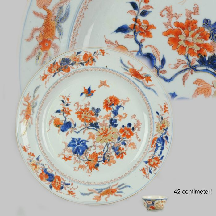 Bord - Imari - Porselein - Super Large 42cm Serving with Fishes and Butterfly - China - Qianlong (1736-1795)