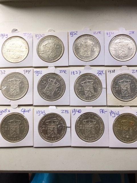 The Netherlands - 2 1/2 Gulden  1929 t/m 1943 Wilhelmina - 12 stuks incl. grofhaar 1932 en 1938 - Silver