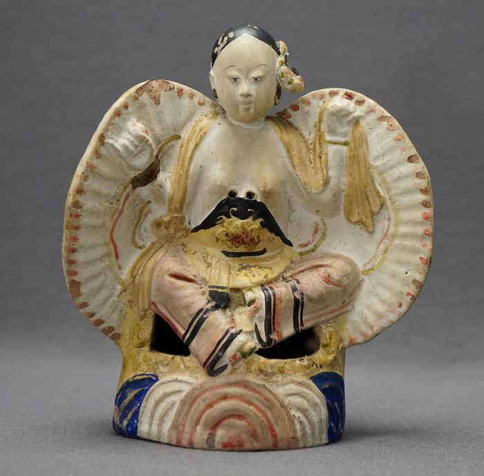 Skulptur - Töpferware - Seated lady with lotus feet above coloured waves - Inscribed with characters  - China - Qing Dynastie (1644-1911)