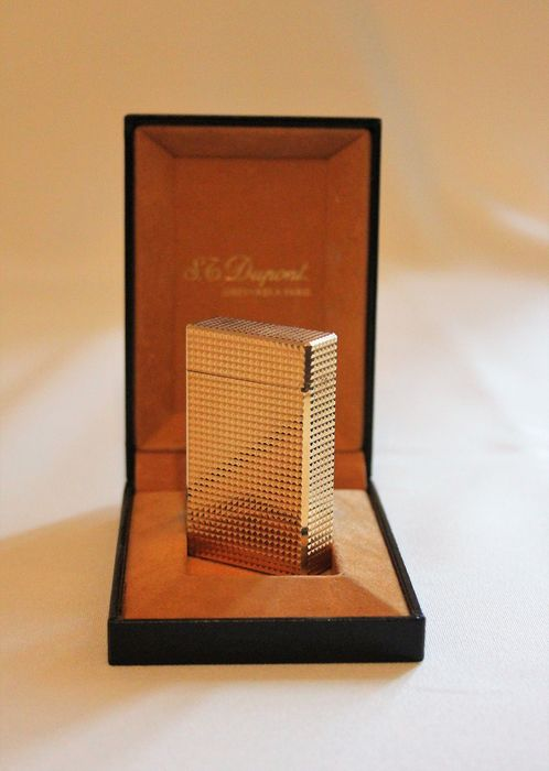 20 microns gold plated Dupont lighter in its original box.
