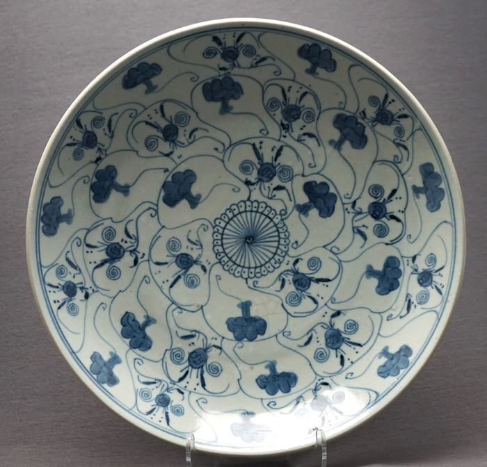 Large dish - Porcelain - Florals in panels  - China - Late 19th century