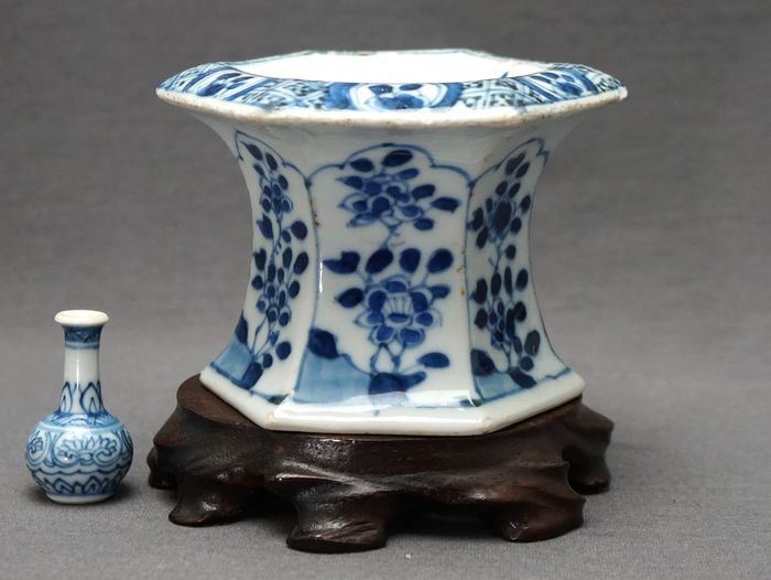 Salière - Porcelaine - Blossoms on rock with insects - Chine - Kangxi (1662–1722)