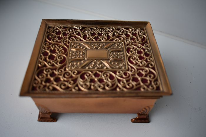 Jewellery box (1) - Brass, and with a velvet fabric