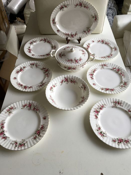 A large dinner set with dinner plates and large bowls, from Royal Albert Lavender Rose (9) - Porcelain
