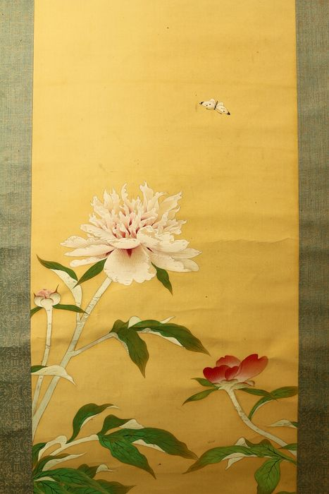 Hanging scroll - Paper, Silk, Wood - Butterfly and peony - With signature and seal 'Hiei' 比叡 - Japan - ca. 1936 (Showa period)