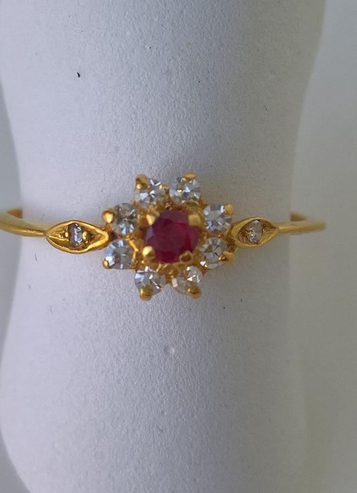 19,2 kt. Gold - Ring - 0,14 ct Ruby - Diamonds