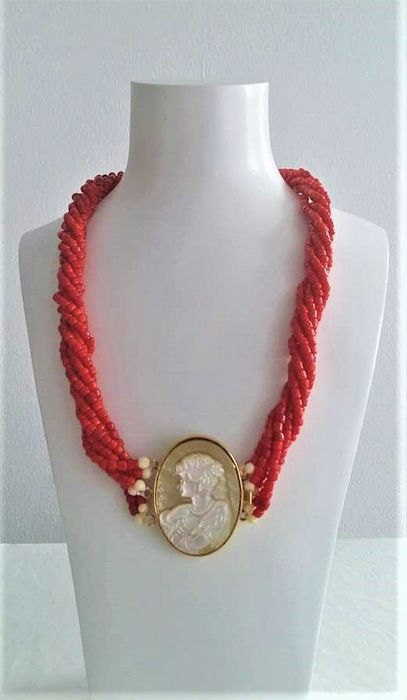 22 kt. Gold-plated - Necklace 22K. 6 rows of red coral with cut cameo from mother-of-pearl 71.80 Grams.