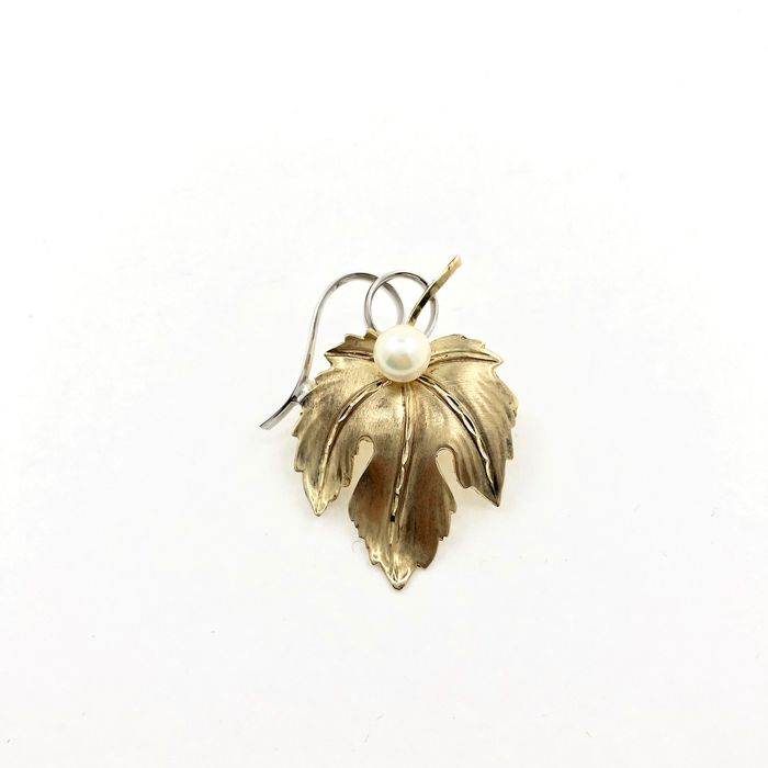 8 kt yellow gold, akoya pearl, white gold brooch.