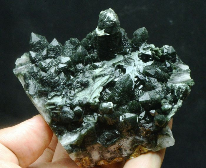 Green quartz with green flake calcite crystal cluster . - 102×95×66 mm - 460 g