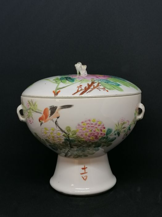 Rare and finely painted bonbonnière with birds and flowers - Porcelain - China - 19th century