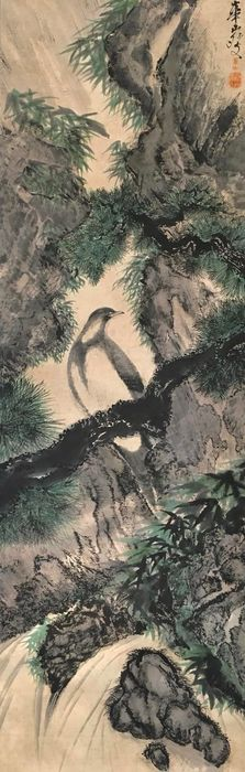 Large scroll painting (213cm!) - 'Crested myna on pine and waterfall' - Handpainted on paper - Signed and sealed 'Kazan' 華山 - Japan - ca. 1920-30s (Taisho/Showa)