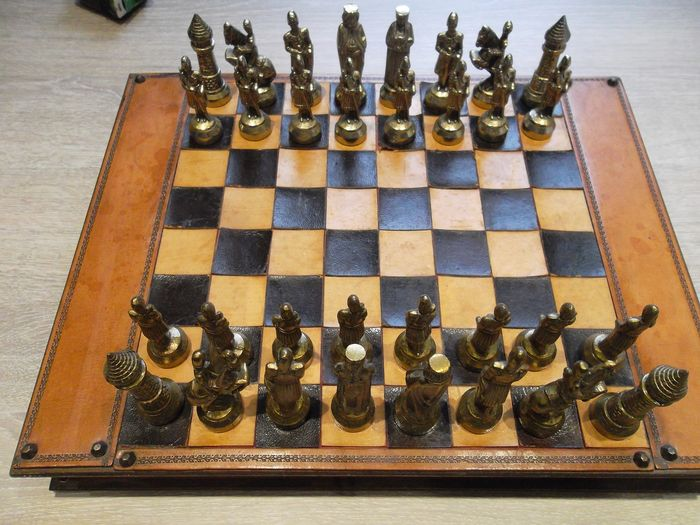 Chess set (1) - Noble Wood, Leather and Metal Treated