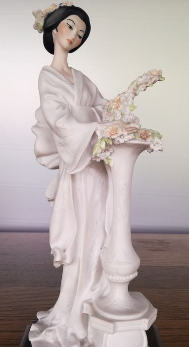 Guiseppe Armani - Capodimonte - Beautiful geisha with flowers - Porcelain