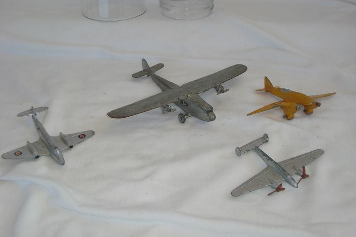 """Dinky Toys - 1:200 -  First Issue 1934 """"IMPERIAL AIRWAYS LINER"""" no.60a / R.A.F. """"D.H. COMET LIGHT RACER"""" no.60g - 1945 - """"GLOSTER METEOR"""" 70th - 1946 / """"MESSERSCHMITT TWIN ENGINED FIGHTER"""" no.70d - 1946"""