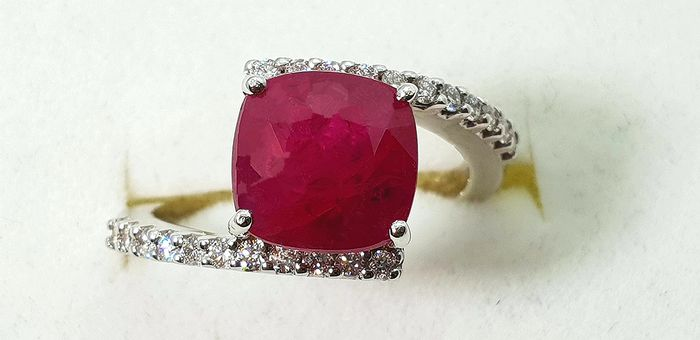 18 kt. White gold - Ring - 3.66 ct Ruby - Diamonds - No Reserve