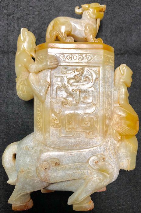 Jade Vessel with Lid in The Archaic Style  (1) - Jade - China - 20th Century