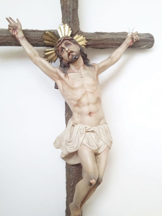 Renacimiento Olot. - Sculpture, Crucified Christ, metal crown, Olot. - Polychrome stucco, Olot's wedge in back. - Late 19th century