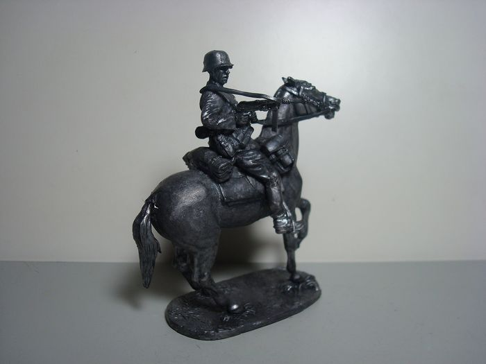 """Unbekannte - Pewter figure """"Soldier of the German Wehrmacht with MP 40 on horseback"""", 80 mm - 2000-present"""