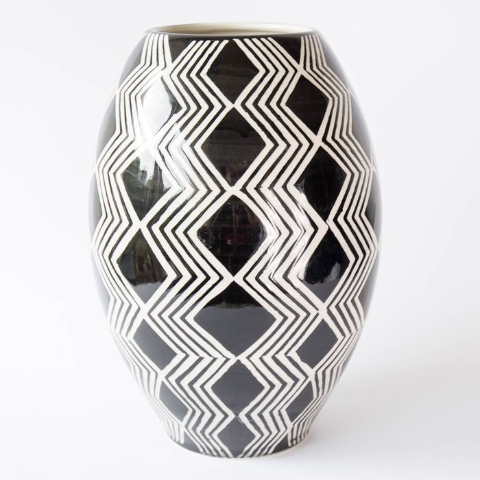 Native American Indian - Black & white sgraffito vase - Faience