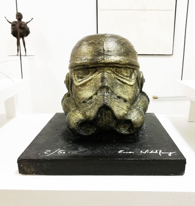 Star Wars - Stormtrooper bronzed by artist Emma Wildfang - Œuvre d'art The sculpture on bronzed wooden plate has a weight of 1273g