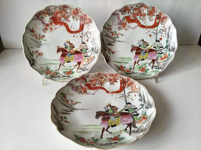 Plates (3) - Porcelain - character - Decorated with samurai on horseback and attendant  - Japan - Meiji period (1868-1912)