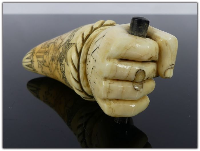 Scrimshawed whale's tooth, with the morse ivory fist - marine ivory - Second half 19th century