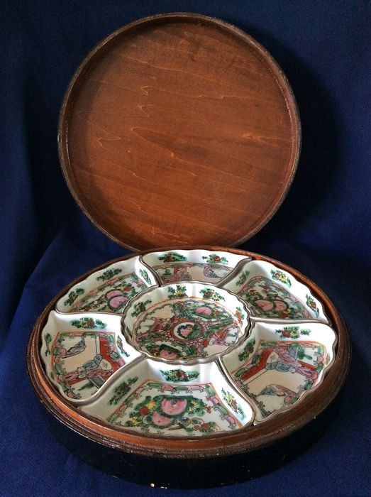 Sweet meat box - Porcelain -  Famille rose decor - China - Late 20th century