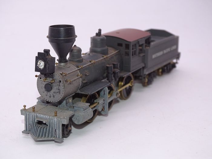 Roundhouse H0 - 493 - Steam locomotive with tender - 2-6-0