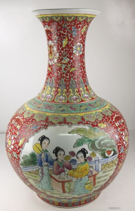 Large vase decorated with Chinese ladies - Porcelain - China - Late 20th century