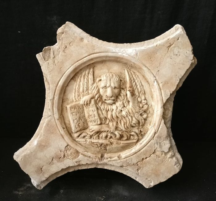 Venetian fragment - Lion of St. Mark - Rosa del Garda marble - 20th century