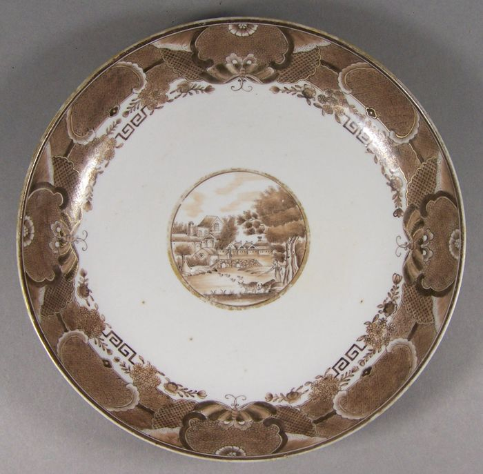 Soucoupe - Porcelaine - A rare sepia and gilt  European-subject Fitzhugh saucer, ca 1800/1810 - Chine - Jiaqing (1796-1820)