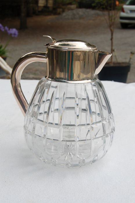 Juice jug with cooling element