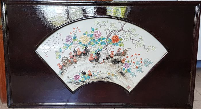 Placa - Porcelana - Large  Plaque -  Painting with Roosters in Garden - Calligraphy and Mark - China - Segunda mitad del siglo XX