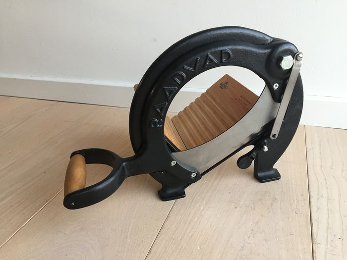 Raadvad - fine classic vintage bread slicer, black, in excellent condition - wood, cast iron and steel