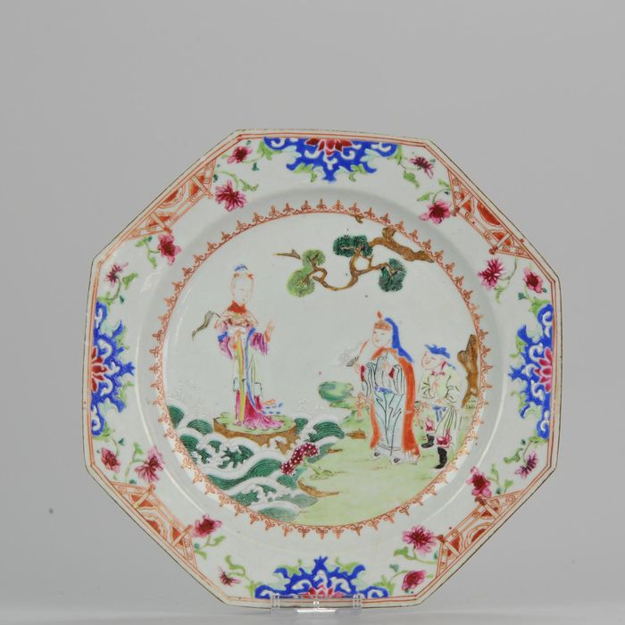 Bord - Porselein - Famille Rose Octagonal Plate Figures on Water and Shore - China - Qianlong (1736-1795)