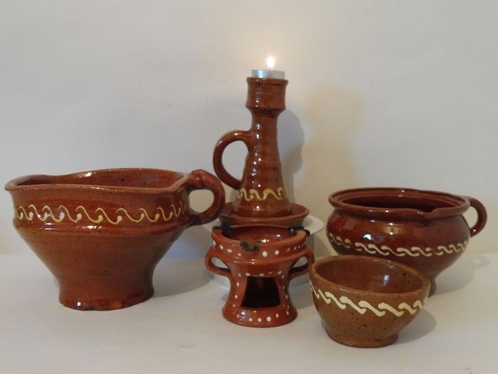 5 Items of old Frisian earthenware with ringeloor decoration of white fired pouring clay (5) - Fries pottery