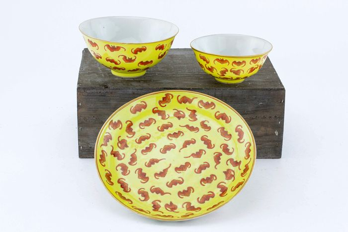 Bol, Plat - Porcelaine - Yellow Ground Mark And Period Imperial Dish And Two Bowls Decorated With Bats - Chine - Tongzhi (1862–1874)
