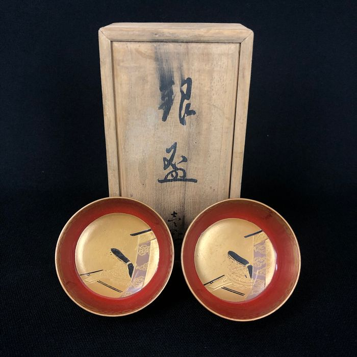 Pair of lacquered bowls with tomobako - Wood - Decorated with Heian period bijin (beauty) playing the koto - Japan - Early 20th century