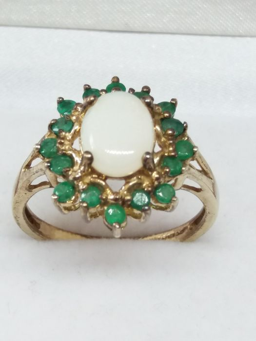 9k/9ct - Natural White Opal and Emerald Cluster Ring