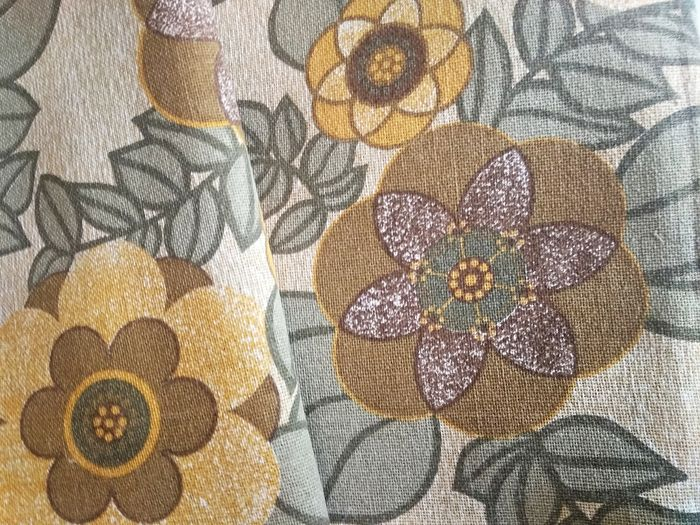 Floral print quilt, beautiful color range. - Fringed finish.